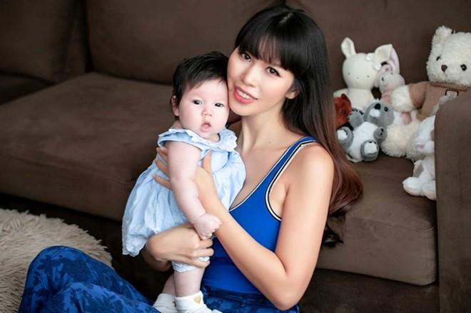 Khi con gái được 4,5 tháng, siêu mẫu quyết định đến phòng tập để loại bỏ phần căng nặng dư thừa còn lại.