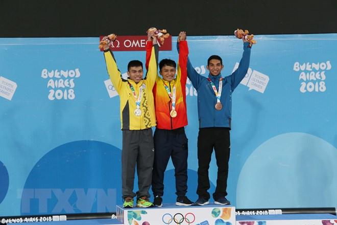 Vận động viên Ngô Sơn Đỉnh mang về tấm huy chương vàng đầu tiên ở môn cử tạ, hạng 56kg nam. Ảnh: Hoài Nam/TTXVN