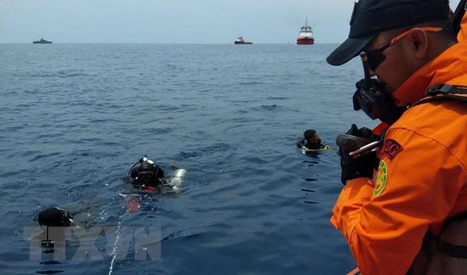 Thợ lặn thuộc Cơ quan cứu hộ và tìm kiếm quốc gia Indonesia tìm kiếm hộp đen máy bay mang số hiệu JT 610 của Hãng hàng không Lion Air bị rơi ở vùng biển Tây Java ngày 29-10. Nguồn: AFP/TTXVN