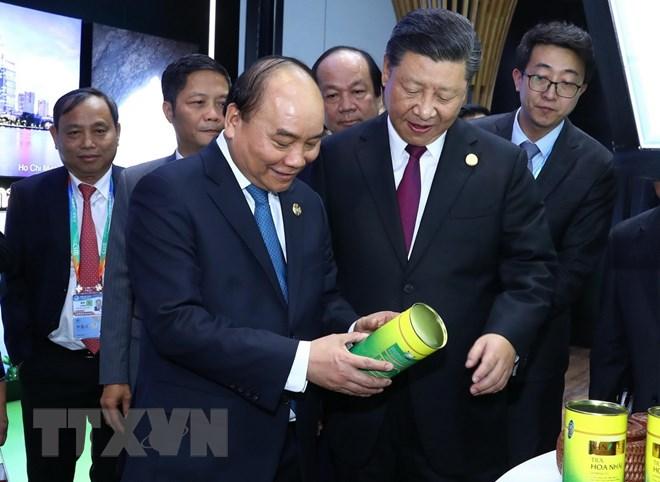 Thủ tướng Nguyễn Xuân Phúc và Tổng Bí thư, Chủ tịch Trung Quốc Tập Cận Bình tham quan gian hàng của Việt Nam tại Hội chợ CIIE 2018. Ảnh: Thống Nhất/TTXVN