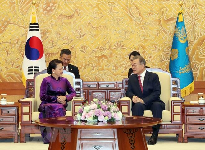 Chủ tịch Quốc hội Nguyễn Thị Kim hội kiến Tổng thống Hàn Quốc Moon Jae-in. (Ảnh: Trọng Đức/TTXVN)