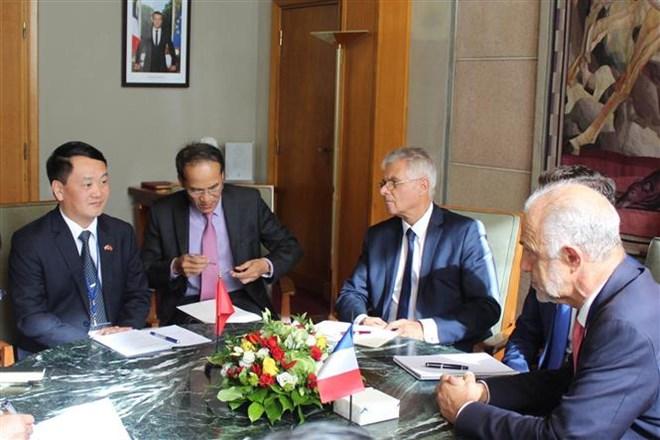 Phó Chủ tịch, Tổng Thư ký Ủy ban Trung ương MTTQ Việt Nam Hầu A Lềnh (trái) làm việc với Chủ tịch CESE Patrick Bernasconi (phải)