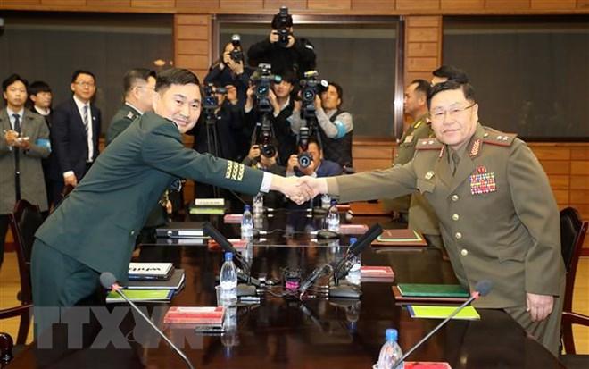 Thiếu tướng Kim Do Gyun (trái), đại diện phái đoàn Hàn Quốc và Trung tướng An Ik San (phải), đại diện phái đoàn Triều Tiên, tại cuộc hội đàm quân sự ở tòa nhà Tongilgak của Triều Tiên, bên trong làng đình chiến Panmunjom, ngày 26/10/2018. (Ảnh: Yonhap/ TTXVN)