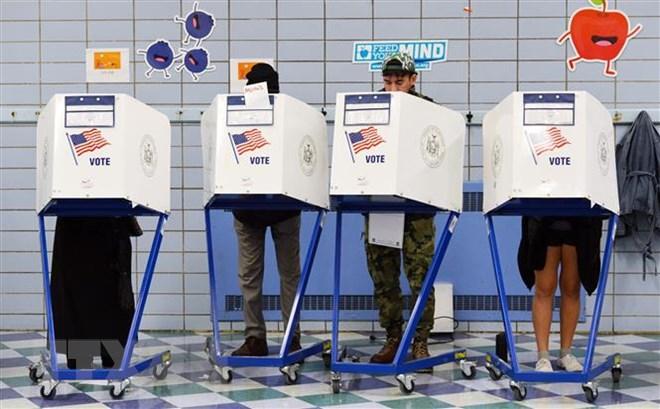 Cử tri Mỹ bỏ phiếu bầu Quốc hội giữa nhiệm kỳ tại điểm bầu cử ở Manhattan, New York, ngày 6-11-2018. Ảnh: THX/ TTXVN