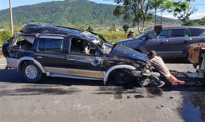 Lật xe 7 chỗ trên cao tốc ở Đà Lạt khiến một người tử vong