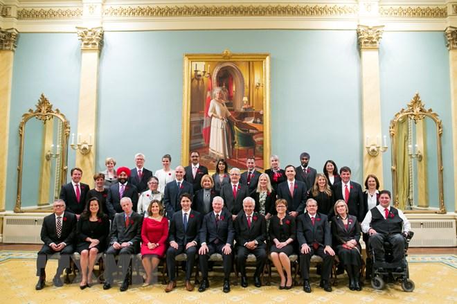 Tân Thủ Tướng Canada Justin Trudeau (Thứ 5, Trái, Hàng Trước) Và Nội Các  Mới Chụp Ảnh Chung Tại Lễ Tuyên Thệ Nhậm Chức Ngày 4/11. (Nguồn: Thx/Ttxvn)