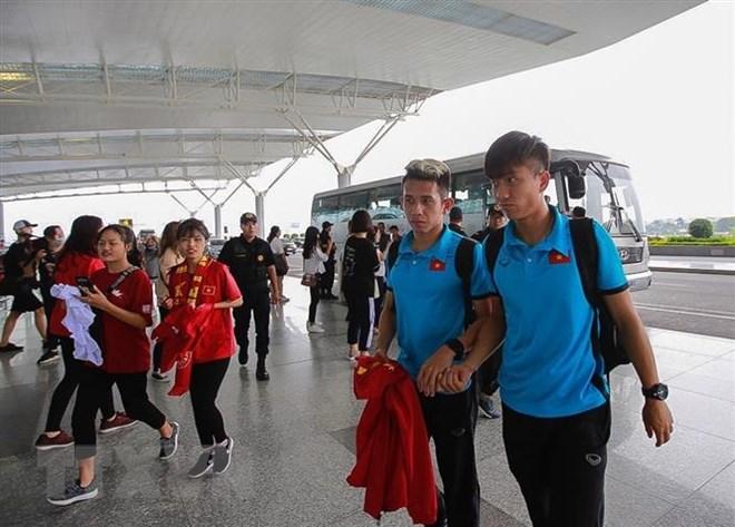 Hai cầu thủ Hồng Duy (trái) và Văn Đức vào làm thủ tục tại sân bay quốc tế Nội Bài (Hà Nội). (Ảnh: Trọng Đạt/TTXVN)