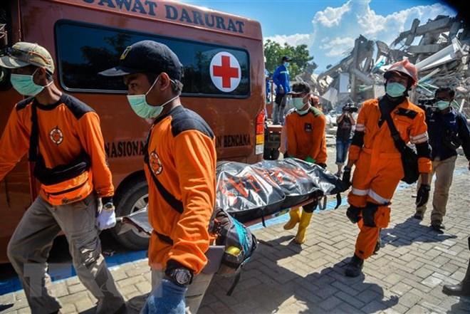 Lực lượng cứu hộ chuyển thi thể nạn nhân trong vụ động đất và sóng thần tại Palu, Trung Sulawesi, Indonesia ngày 1-10-2018. Ảnh: THX/ TTXVN