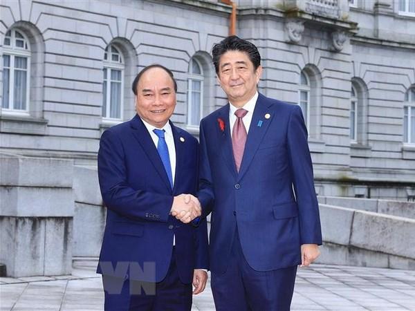 Thủ tướng Nhật Bản Shinzo Abe đón Thủ tướng Nguyễn Xuân Phúc. Ảnh: Thống Nhất/TTXVN
