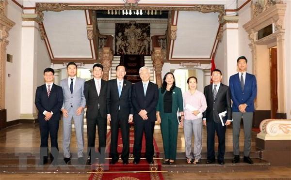 Ông Lê Thanh Liêm (thứ 4 từ trái sang phải) chụp ảnh lưu niệm với ông Ken Kawai (giữa) và các đại biểu. (Ảnh: Xuân Khu/TTXVN)
