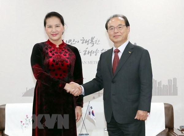 Chủ tịch Quốc hội Nguyễn Thị Kim Ngân tiếp Thị trưởng thành phố Busan Oh Keo-don. Ảnh: Trọng Đức/TTXVN