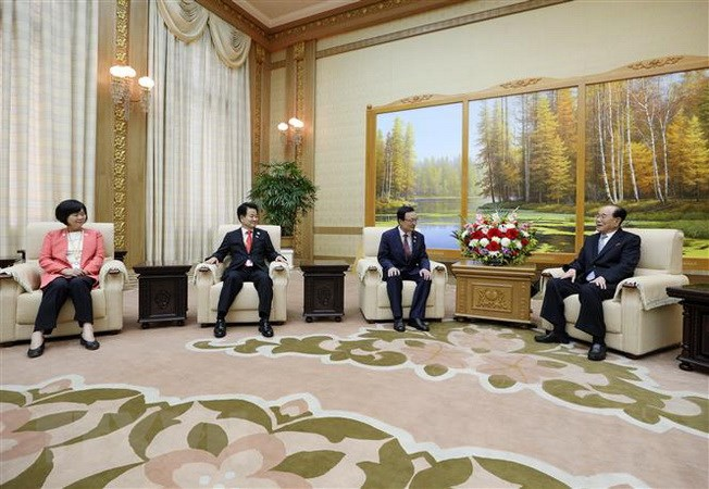 Chủ tịch Đoàn Chủ tịch Nhân dân Tối cao (Quốc hội) Triều Tiên Kim Yong-nam (phải) và Chủ tịch đảng Dân chủ (DP) cầm quyền của Hàn Quốc Lee Hae-chan (thứ 3, trái) tại cuộc họp ở Bình Nhưỡng ngày 19-9 vừa qua. Ảnh: Yonhap/TTXVN