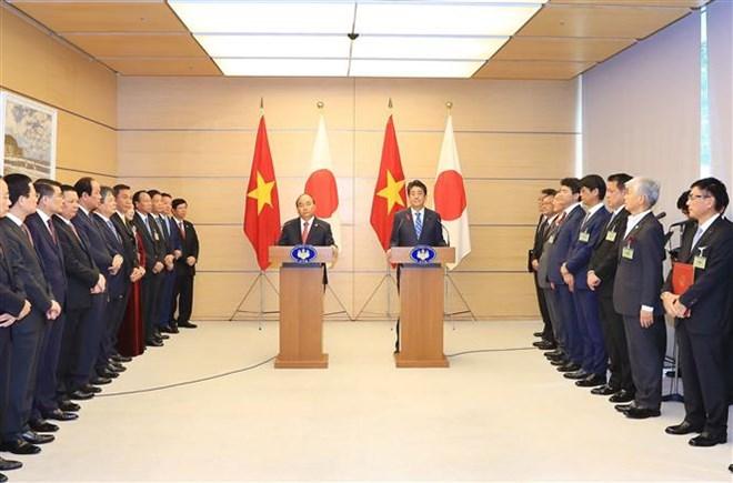 Thủ tướng Nguyễn Xuân Phúc và Thủ tướng Nhật Bản Shinzo Abe phát biểu trước báo chí, sau hội đàm. (Nguồn: Thống Nhất/TTXVN)