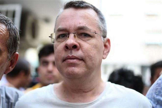 Mục sư Mỹ Andrew Brunson bị cảnh sát áp giải tại Izmir, Thổ Nhĩ Kỳ ngày 25-7-2018. Ảnh: AFP/TTXVN