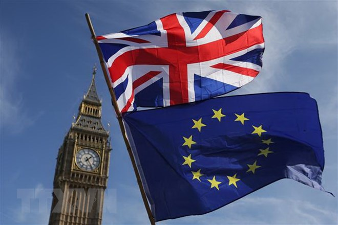 Cờ Anh (phía trên) và cờ EU (phía dưới) tại London, Anh. Ảnh: AFP/TTXVN