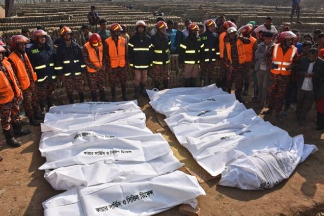 Bangladesh: Xe tải lao vào nhà ở của công nhân, ít nhất 13 người chết - ảnh 1