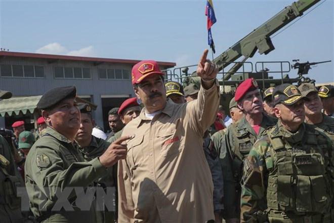 Tổng thống Venezuela Nicolas Maduro (giữa) thị sát một cuộc diễn tập quân sự căn cứ hải quân Agustin Armario ở Puerto Cabello, bang Carabobo, Venezuela, ngày 27-1-2019. Ảnh: AFP/TTXVN