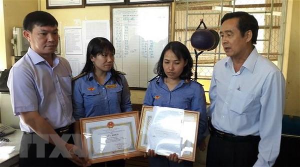UBND Đồng Nai khen thưởng 2 nữ nhân viên gác chắn dũng cảm cứu người - ảnh 1