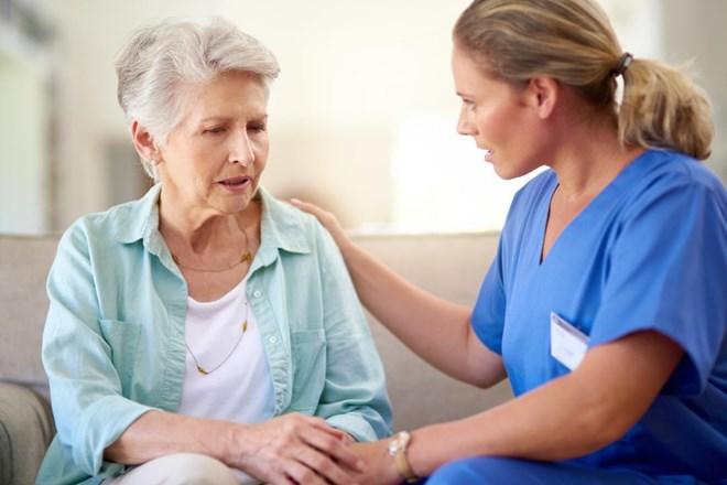 Ngủ không sâu giấc - dấu hiệu sớm của chứng Alzheimer - ảnh 1