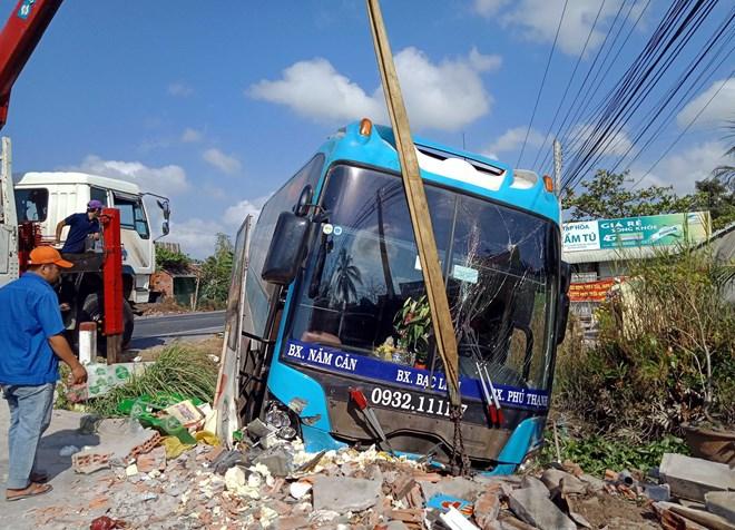 Xe khách mất lái, đâm lọt lề đường trên Quốc lộ 1A qua Sóc Trăng - ảnh 1