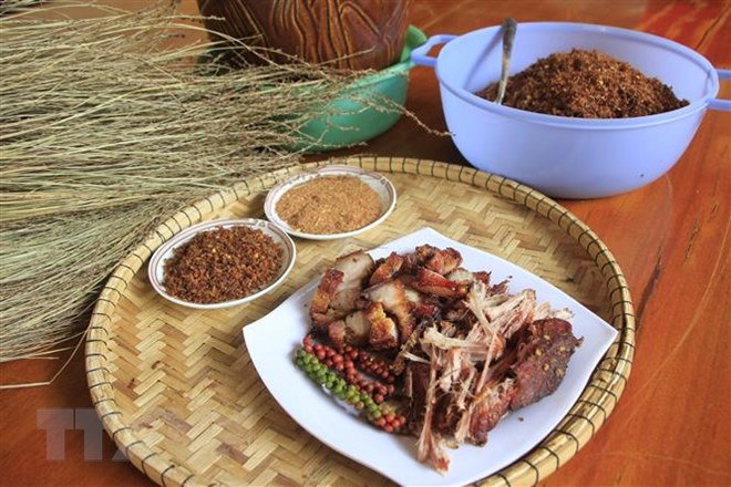 Thịt lợn gác bếp - món ăn không thể thiếu của người Jrai ngày Tết - ảnh 1