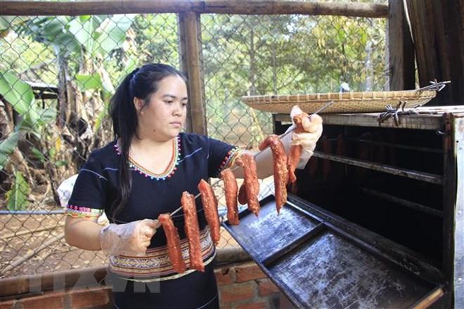 Thịt lợn gác bếp - món ăn không thể thiếu của người Jrai ngày Tết - ảnh 4