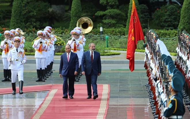 Thủ tướng Nguyễn Xuân Phúc và Thủ tướng Cộng hòa Armenia Nikol Pashinyan duyệt Đội danh dự Quân đội nhân dân Việt Nam. Ảnh: Thống Nhất/TTXVN