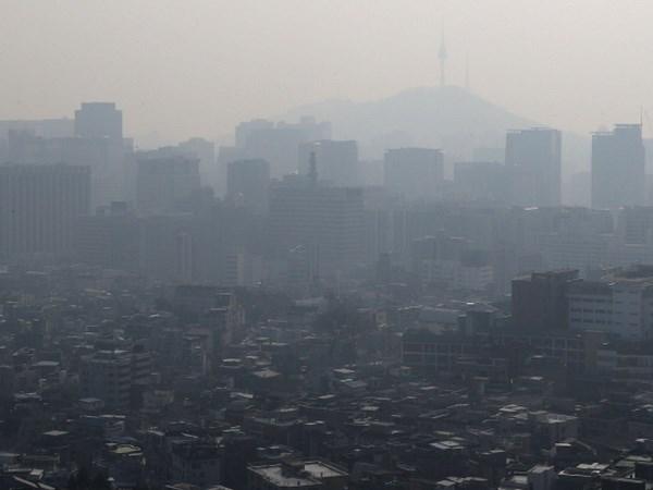 Bầu trời bị bao phủ bởi bụi mịn, Hàn Quốc đưa ra khuyến cáo - ảnh 1