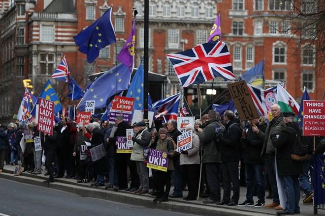Người dân tuần hành ủng hộ và phản đối Brexit bên ngoài tòa nhà Quốc hội Anh. Ảnh: AFP/TTXVN