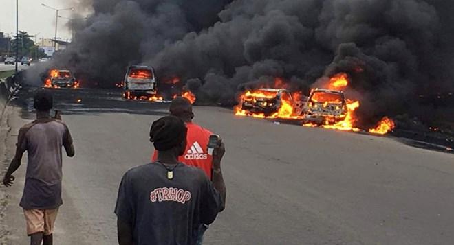 Nổ xe bồn chở xăng ở Nigeria, hàng chục người thương vong - ảnh 1
