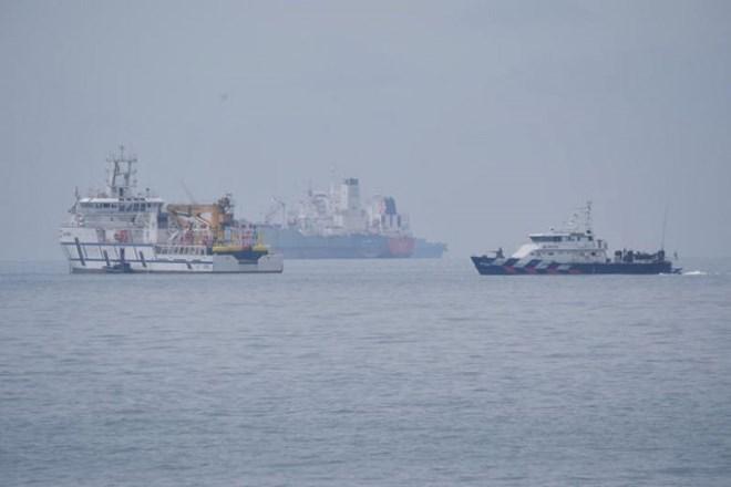 àu của Malaysia (trái) và tàu Cảnh sát biển Singapore tại vùng lãnh hải Singapore ngoài khơi Tuas ngày 6/12/2018. (Nguồn: straitstimes.com)