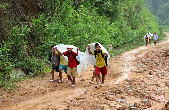 Học sinh vùng cao đội mưa đến trường. Ảnh minh họa. (Ảnh: Việt Hoàng/TTXVN)