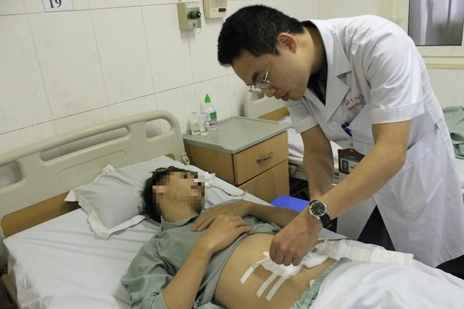 Nam thanh niên thủng ruột vì nuốt chiếc xương cá dài 4 cm - ảnh 1