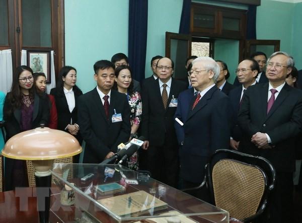 Tổng Bí thư, Chủ tịch nước Nguyễn Phú Trọng thăm hỏi, chúc Tết cán bộ, nhân viên Khu di tích Chủ tịch Hồ Chí Minh, Phủ Chủ tịch. (Ảnh: Lâm Khánh/TTXVN)