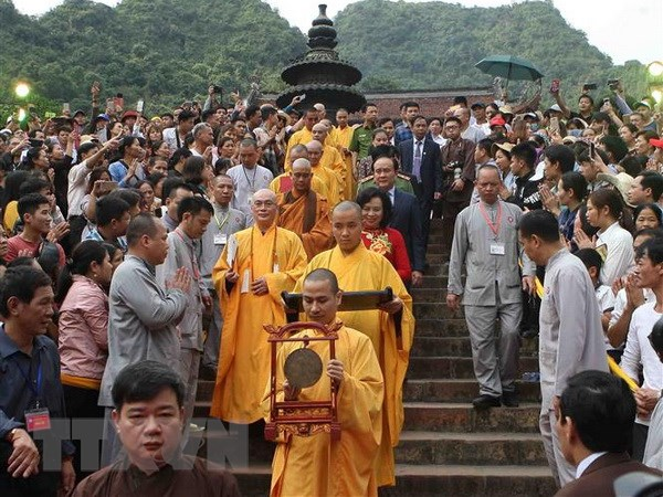 Lễ hội chùa Hương đỡ cảnh tắc nghẽn trong ngày khai hội