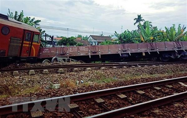 Thông tuyến đường sắt Bắc-Nam sau sự cố tàu hàng trật bánh tại Nghệ An