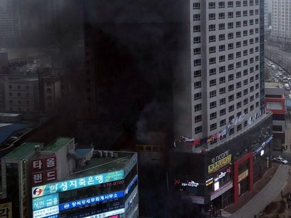 Hàn Quốc: Cháy lớn tại khách sạn 21 tầng, hàng chục người nhập viện - ảnh 1