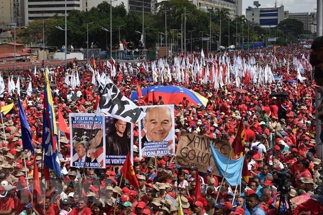Người dân Venezuela tuần hành tại thủ đô Caracas, bày tỏ sự ủng hộ Tổng thống Nicolas Maduro. Nguồn: AFP/TTXVN