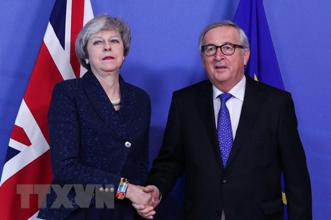 Thủ tướng Anh Theresa May (trái) và Chủ tịch Ủy ban châu Âu (EC) Jean-Claude Juncker (phải) trong cuộc gặp tại Brussels của Bỉ ngày 7-2. Ảnh: THX/TTXVN