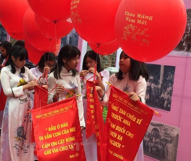 Thả thơ là một trong những nghi thức tiêu biểu của Ngày thơ Việt Nam. (Ảnh minh họa: P.Mai/Vietnam+)
