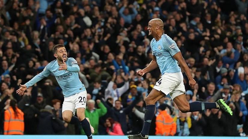 Kompany lập siêu phẩm, Man City áp sát ngôi vương Premier League