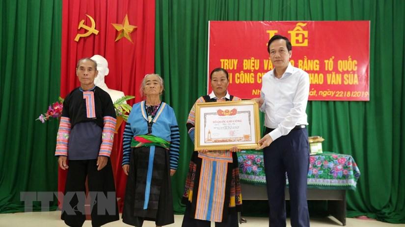 Trao bằng Tổ quốc ghi công cho thân nhân Trưởng Công an xã hy sinh khi cứu dân