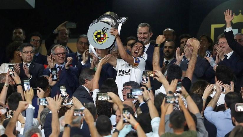 Messi ghi bàn, Barcelona vẫn phải ngậm ngùi nhìn Valencia nâng cúp