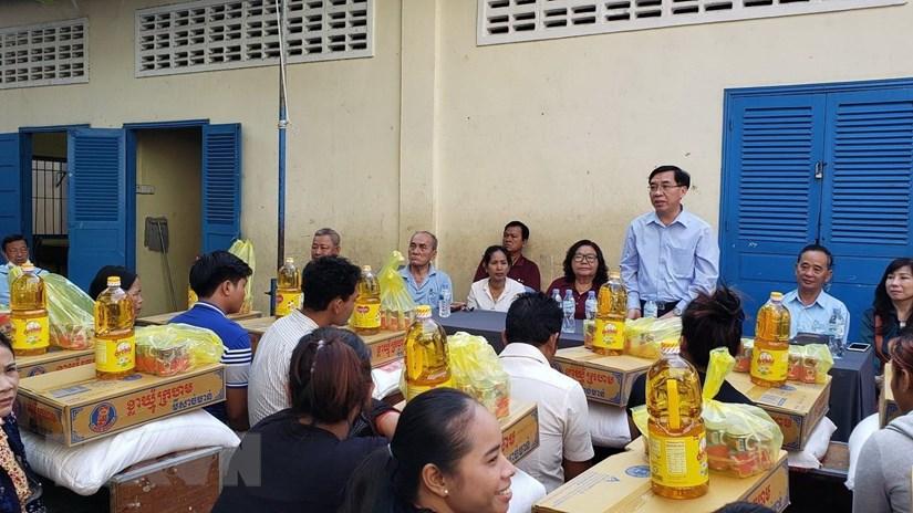 Tặng quà cho các hộ gia đình gốc Việt sau vụ cháy trường ở Phnom Penh