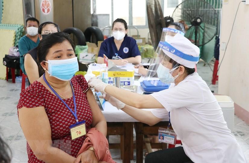 Tiêm vaccine cho người dân thành phố Tuy Hòa, Phú Yên. (Ảnh: Phạm Cường/TTXVN)
