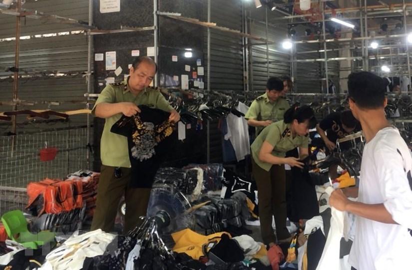 Triệt phá điểm trung chuyển hàng hóa lớn, thu giữ hơn 10 tấn hàng | Pháp luật | Vietnam+ (VietnamPlus)