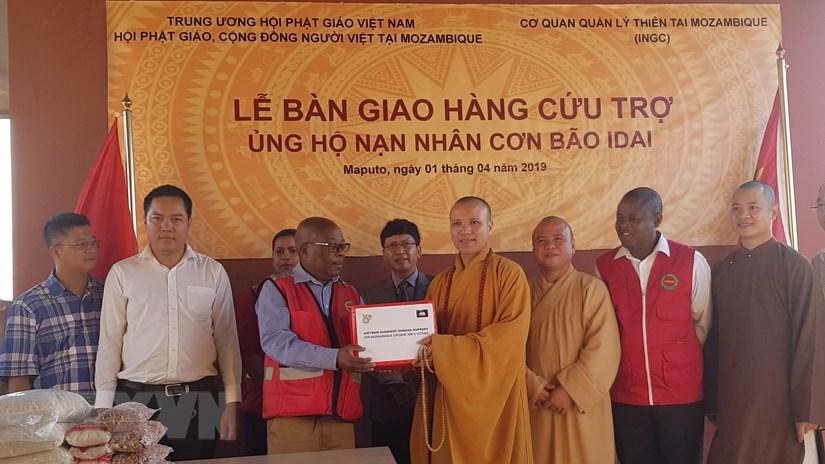 Thượng tọa Thích Đồng Huệ trao quà cứu trợ của Trung ương Giáo hội Phật giáo Việt Nam cho Cơ quan Trung ương quản lý thiên tai của Mozambique. (Nguồn: Phi Hùng/TTXVN)