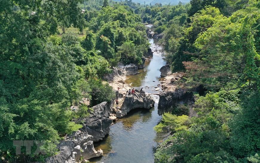 Một đoạn của con suối Tà Lao ở xã Tà Long một điểm du lịch sinh thái lí tưởng. (Ảnh: Hồ Cầu./TTXVN)