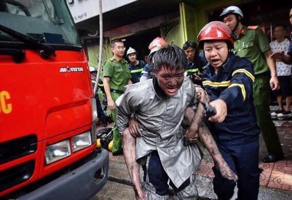 Cứu 3 người mắc kẹt trong vụ cháy cửa hàng quần áo