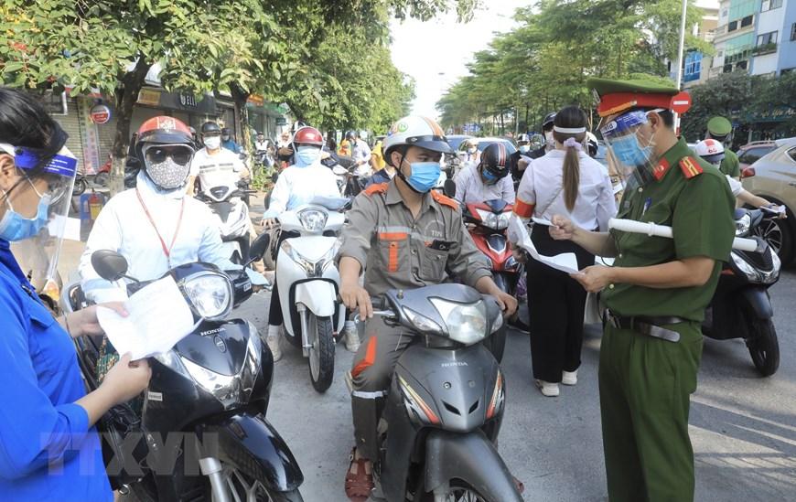Hà Nội triển khai kiểm tra giấy tờ người dân lưu thông trên đường | Xã hội  | Vietnam+ (VietnamPlus)